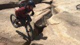 Ένας ποδηλάτης γλιτώνει πριν πέσει από την άκρη ενός γκρεμού