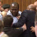 Πατέρας επιτίθεται στο δολοφόνο της κόρης του στο δικαστήριο