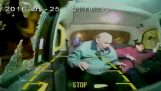 Επίθεση με τούβλο σε ταξί τραυματίζει μια ηλικιωμένη στο κεφάλι