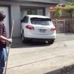 Έξαλλος οδηγός προσπαθεί να παρκάρει μια Porsche