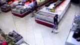 Ψώνια με το ζόρι στο σουπερμάρκετ