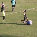 Εκνευρισμένος ποδοσφαιριστής, κλωτσά τον αντίπαλό του στο πρόσωπο