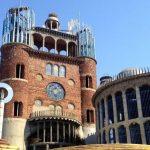 Ένας άνδρας χτίζει μόνος του έναν καθεδρικό ναό