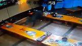 Αγριόχοιρος μπαίνει σε εστιατόριο στην Κορέα