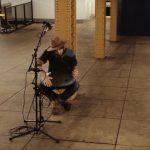 Πλανόδιος μουσικός παίζει μαγευτικές μελωδίες με ένα χανγκ