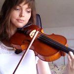 Κατέγραψε την πρόοδό της, μαθαίνοντας βιολί σε δύο χρόνια