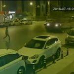 Ένας άνδρας στην Τουρκία περνά κάτω από δύο άρματα