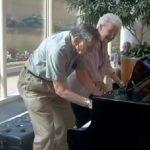 Ο παππούς και η γιαγιά παίζουν πιάνο