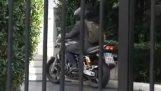 Ο υπουργός φεύγει από το Μαξίμου με τη μοτοσικλέτα του