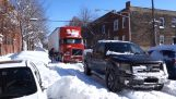 Camion de remorquage de camion pick-up qui est resté coincée dans la neige
