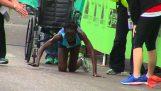 Atleta completa a maratona ajoelhado