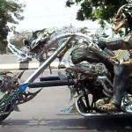 Ο Predator οδηγεί τη μοτοσικλέτα του
