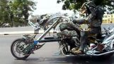 Die Räuber führt sein Motorrad
