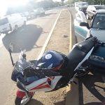 Χαμογελαστός μοτοσικλετιστής μετά από ατύχημα