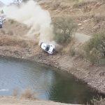 Ένα αυτοκίνητο βυθίζεται στο νερό κατά τη διάρκεια του WRC