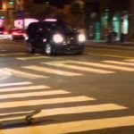 Μεθυσμένος προσπαθεί να γυρίσει σπίτι με το skateboard