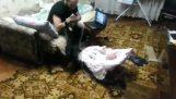 Η γάτα προστατεύει το μωρό