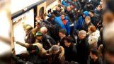 Femme âgée hochements de wagon de métro de sauvetage de passagers