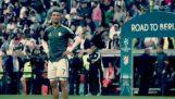 Cristiano Ronaldo anota a un niño pequeño en la cara con la bola