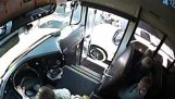 Τρία μικρά παιδιά γλιτώνουν τελευταία στιγμή από επικίνδυνο οδηγό