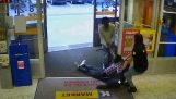 Γενναία υπάλληλος σταματά κλέφτη