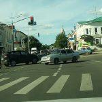 Μοτοσικλετιστής προσγειώνεται στην οροφή αυτοκινήτου μετά από σύγκρουση