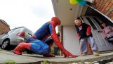 The Spiderman makes surprise in a child with cancer