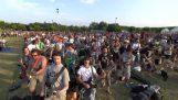 1000 एक साथ एक टुकड़ा खेल रहे संगीतकारों