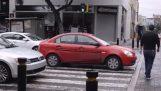 Μάθημα οδικής συμπεριφοράς σε έναν αγενή οδηγό