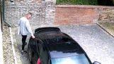 Νεαρός πιάνεται από κάμερα να γρατζουνά μια Porche