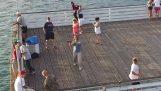 Pescadores contra abejón