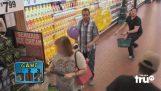 Hung ballonnen aan klanten van supermarkten