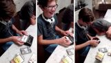 Deux adolescents utilisent un Walkman pour la première fois