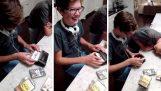 Δύο έφηβοι χρησιμοποιούν ένα Walkman για πρώτη φορά