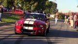 Ηλίθιος οδηγός καταστρέφει μια καινούρια Mustang GT500