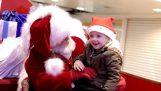 ซานตาคลอสพูดกับเด็กหนุ่มในราศี