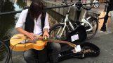 Ένας φοβερός κιθαρίστας στους δρόμους της Ολλανδίας