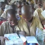 90 δευτερόλεπτα χαράς: Παιδιά στην Αφρική ανοίγουν κουτιά με παιχνίδια από δωρεές