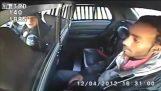 Criminal apunta pistola patrulla