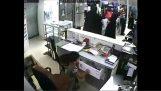 Χρησιμοποίησε το παιδί της για να κλέψει χρήματα από κατάστημα