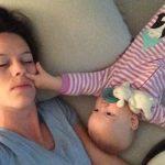 Μια μητέρα προσπαθεί να κοιμηθεί με το μωρό της