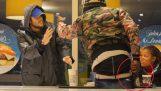 एक बेघर आदमी खाना चुरा रहा है, जब दुनिया की प्रतिक्रिया