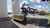 रॉटरडैम में एक माउंटेन बाइक के साथ
