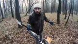 Μοτοσικλετιστής εναντίον τρελού στο δάσος