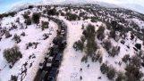 雪に覆われた山で快適な交通渋滞