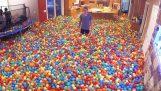 Ev binlerce plastik toplar ile dolu