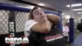 Αθλήτρια του MMA αφήνει έναν δημοσιογράφο αναίσθητο