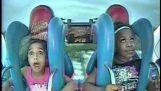 Deux jeunes filles paniquer sur le trajet de la fronde