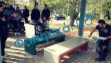 Eleverna sätta stopp för bänkarna i fraktioner vid universitetet i Patras.