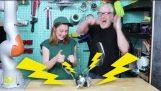 Възпроизвеждане на електрошокови игри с Адам Савидж
